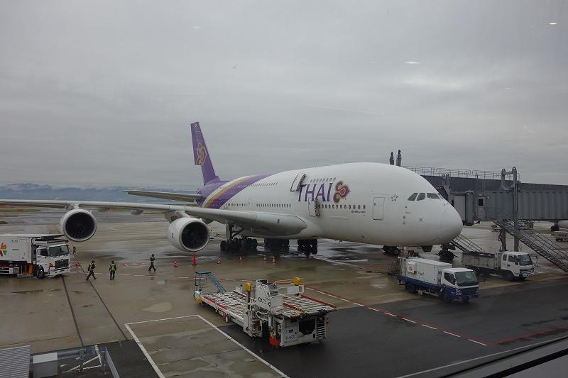 タイ航空 ファーストクラス搭乗記2 機内紹介編 (TG623 関空-バンコク)