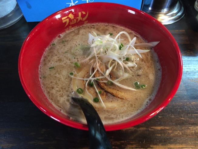 ラーメン海鳴(うなり)清川店で、魚介とんこつとシコシコ細麺を味わいました。