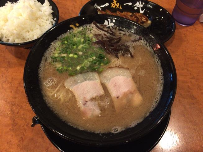 【博多一成一代】の特濃豚骨スープを味わいました。