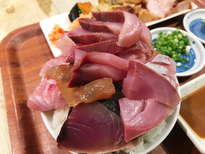 【魚助食堂 福岡パルコ店】お刺身取り放題!自分で作る海鮮丼定食をお腹いっぱい味わいました。