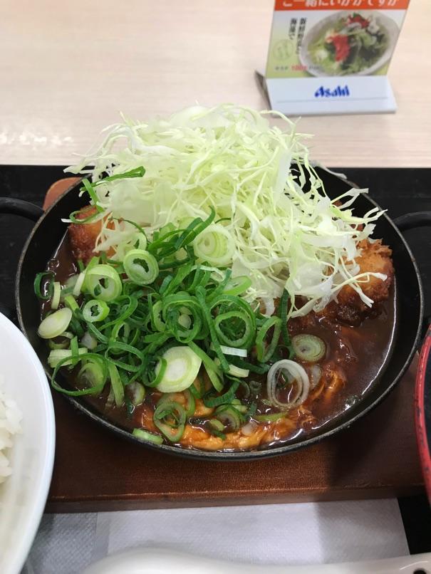 【かつや】青ネギ味噌カツ鍋定食 八丁味噌スープで煮込んだトンカツが柔らか汁だく!
